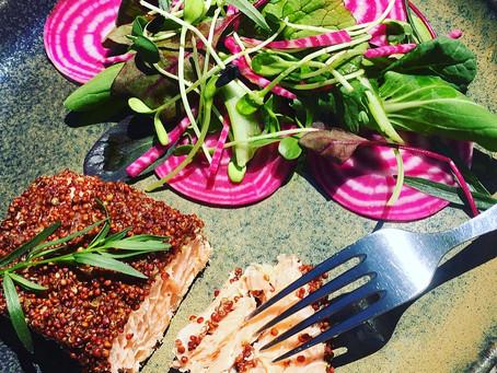 Pavé de saumon en croute de quinoa, salade de jeunes pousses