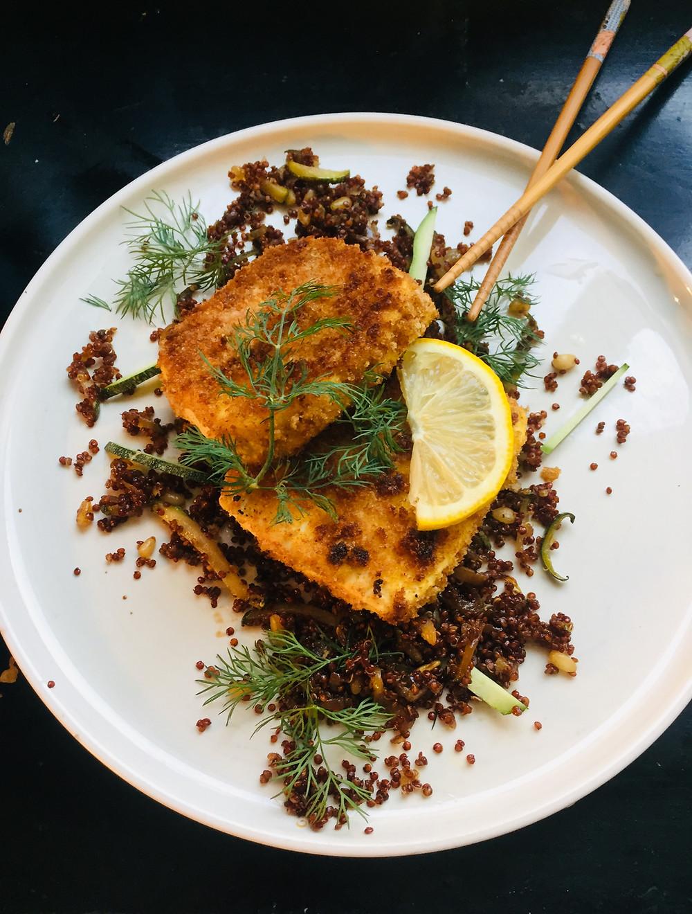 Tofu pané, salade tiède de quinoa aux pignons et courgettes