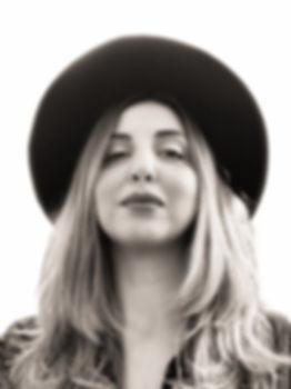 Donna con cappello nero