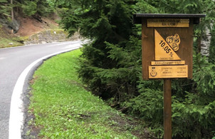sign showing steep gradient of a mountain road