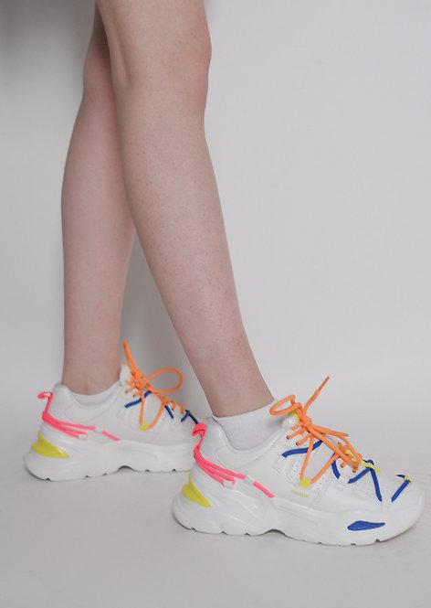 Buty sportowe z kolorowymi sznurówkami
