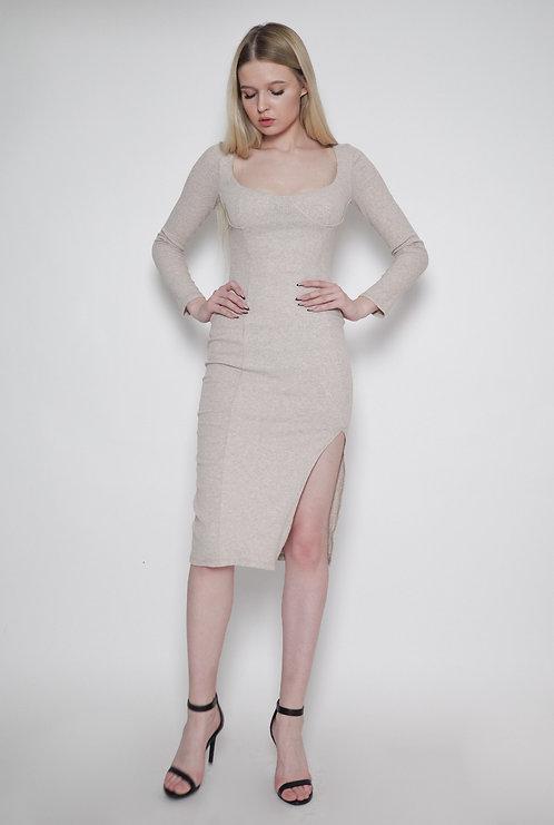 Beżowa sukienka z dekoltem