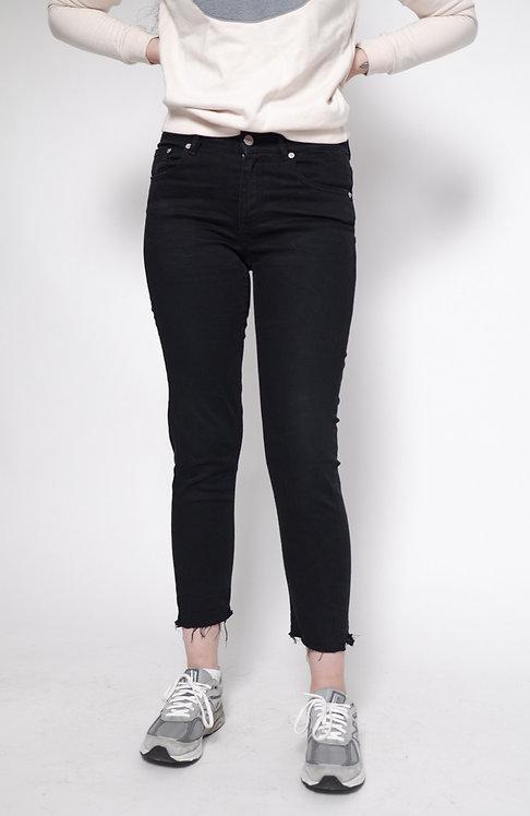 Spodnie czarne ze strzępioną nogawką