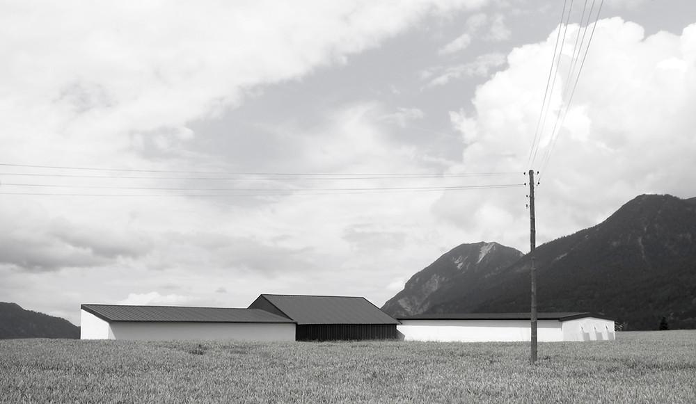 Am Liedberg, ein Foto von Amede Ackermann auf dem ein Bauernhof in Liedberg zu sehen ist.