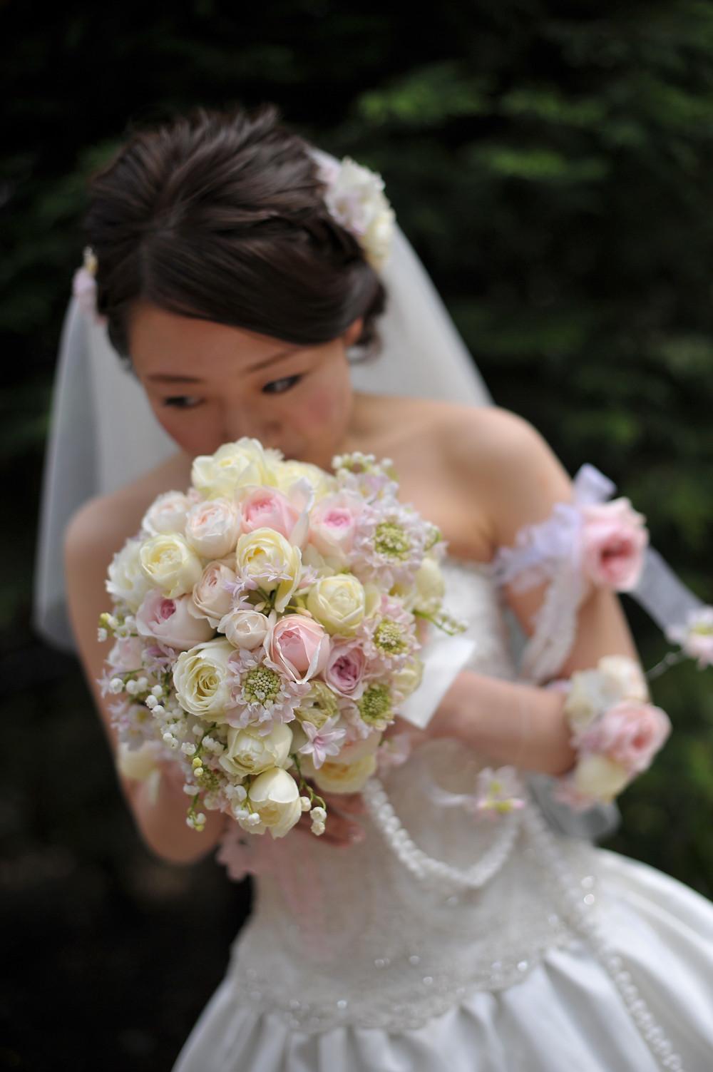 ティアドロップブーケ 春、バラとスズラン 白とピンク