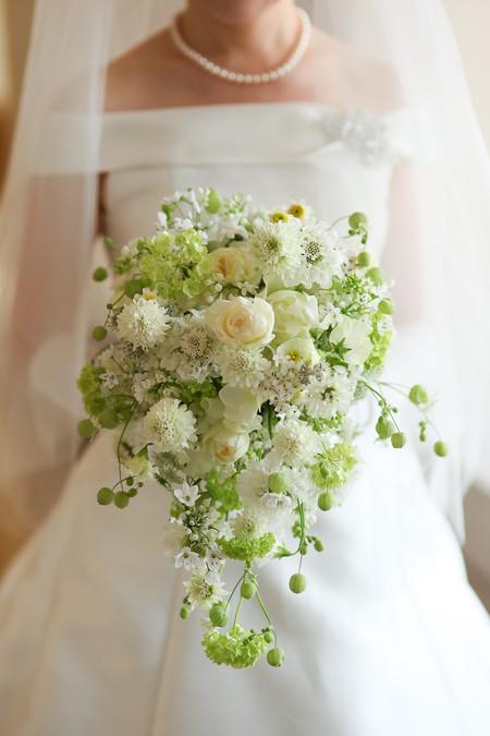 セミキャスケードブーケ 白と緑 春の小花とバラで