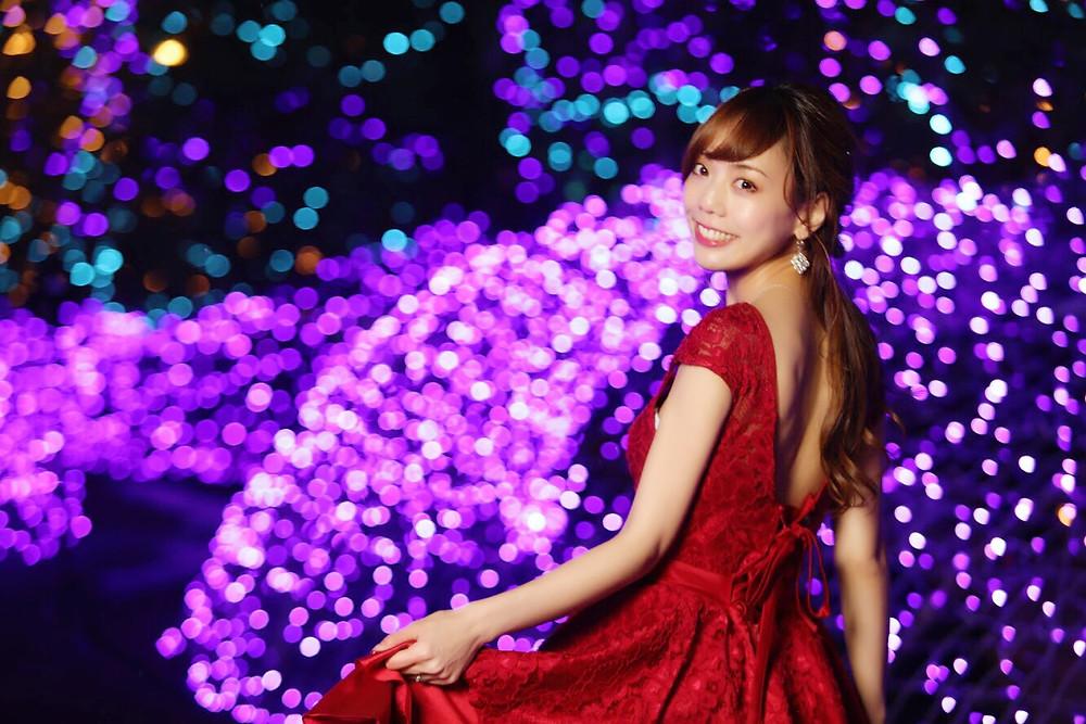 イルミネーションと赤いドレスの明石奈々