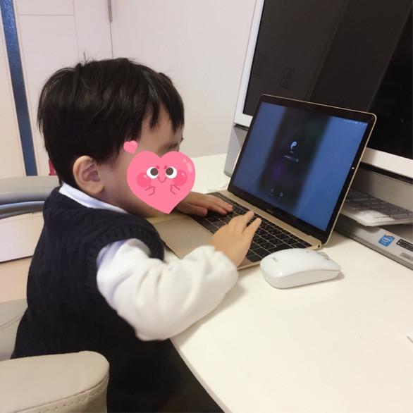 パソコンをいじる息子