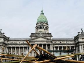 Así quedó la Plaza de los Dos Congresos tras la ''batalla campal''