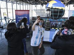 Miles de hinchas se fotografían con la réplica de la Copa América en el barrio de Messi