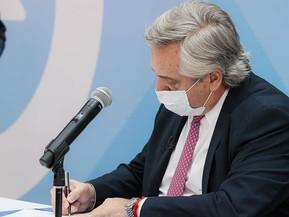 Antes de viajar Fernández firmó proyecto de criterios sanitarios para medidas de cuidado a población