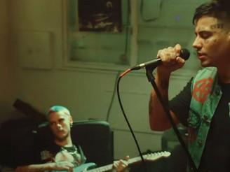"""Duki, junto a Ca7riel, mezcla el trap con el punk y rockea en """"Muero de fiesta este finde"""""""