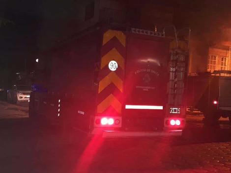 #SalvadorMazza La Policía auxilió a una familia tras un incendio