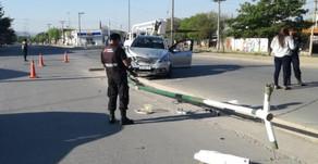 #Capital Ebrio chocó un poste y dejó sin luz al barrio entero