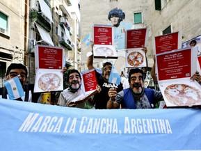 Activistas marchan con máscaras de Maradona para que las naciones ricas paguen su deuda ecológica