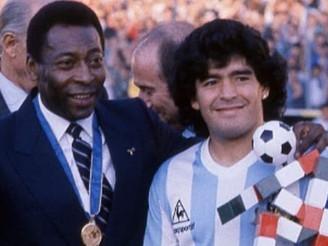 """""""Yo te amo, Diego"""", escribe Pelé a una semana de la muerte de Maradona"""
