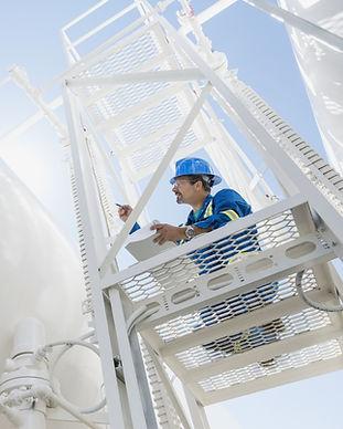 Инженер инспектирующих газовой линии