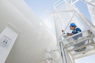 Ingeniero de inspeccionar la línea de gas