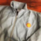 Jaqueta em sarja leve 100% algodão com gola alta e modelagem confortável,logos bordados.