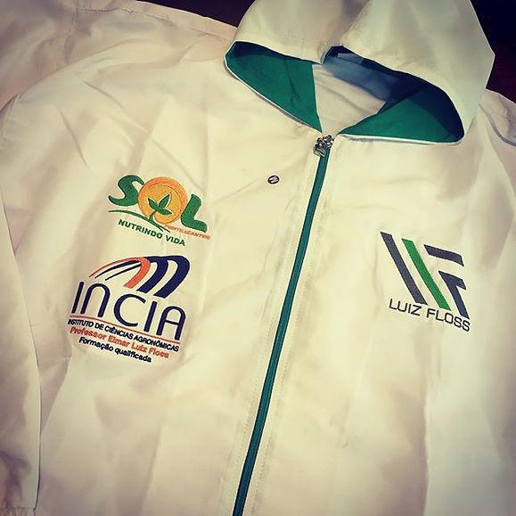 Jaqueta com capuz, em micro fibra 100% poliéster,modelagem exclusiva e atual,todos os logos bordados.