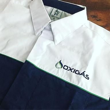Camisa em tricoline Santista mista de algodão e poliéster misturando cores para melhor identidade com sua empresa. Contamos com modelagem atual e bastante confortável,os logos pde ser bordados ou estampados.