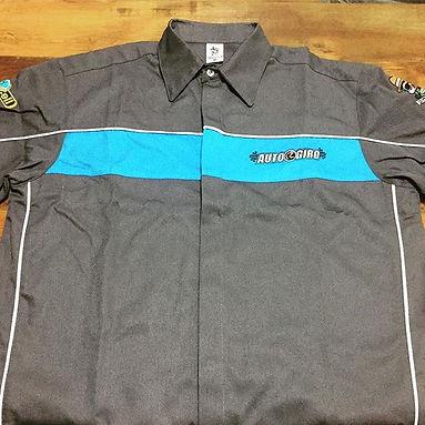Camisa em sarja mista de poliéster e algodão com recortes exclusivos.