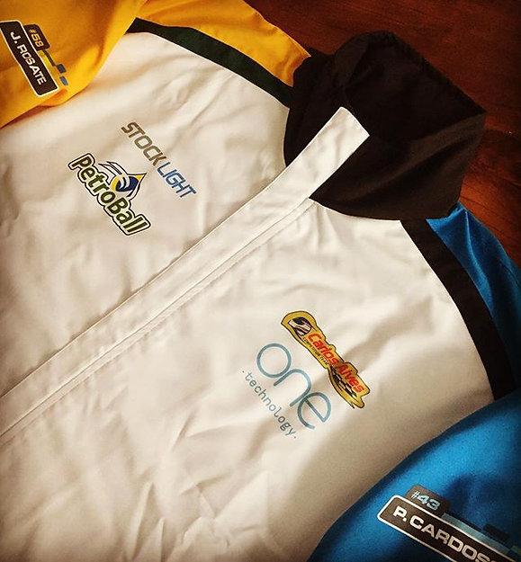 Jaqueta em micro fibra 100% poliéster,forrada com malhão e toda estampada em silk,modelagem atual e confortável.