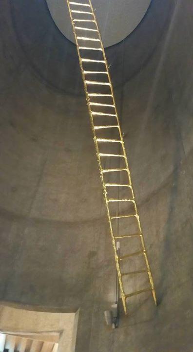 _Jacobs ladder_ eller _Himmelstigen_, farget i gull, Denne henger rett over inngangen fra menighetss