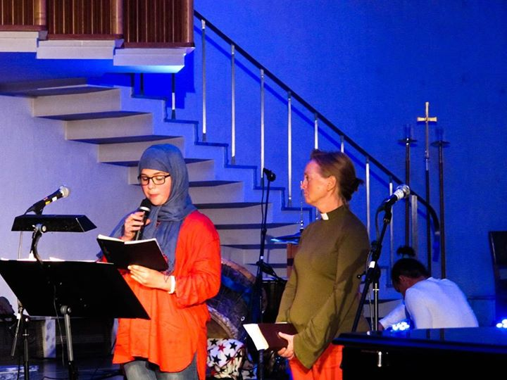 15 med Pau del Azar og Ingrid Løkken som leste fra henholdsvis Bibelen og Koranen
