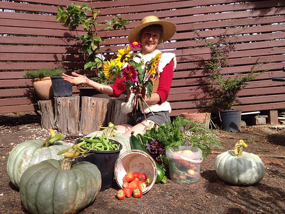 On a lovely autum day, Conny has been in the garden at Horsehaven , harvesting her organic vegetables, fruit  and flowers. Real Happyness you find in the simple things in life, like growing a garden!