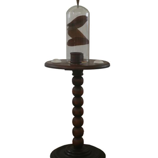 URSULA TAUTZ  Universo-Ilha II | 2019 móvel em madeira, círculos de rádica, lentes, redoma de vidro, prumo dourado, bola de vidro 37 x 37 x 95 cm