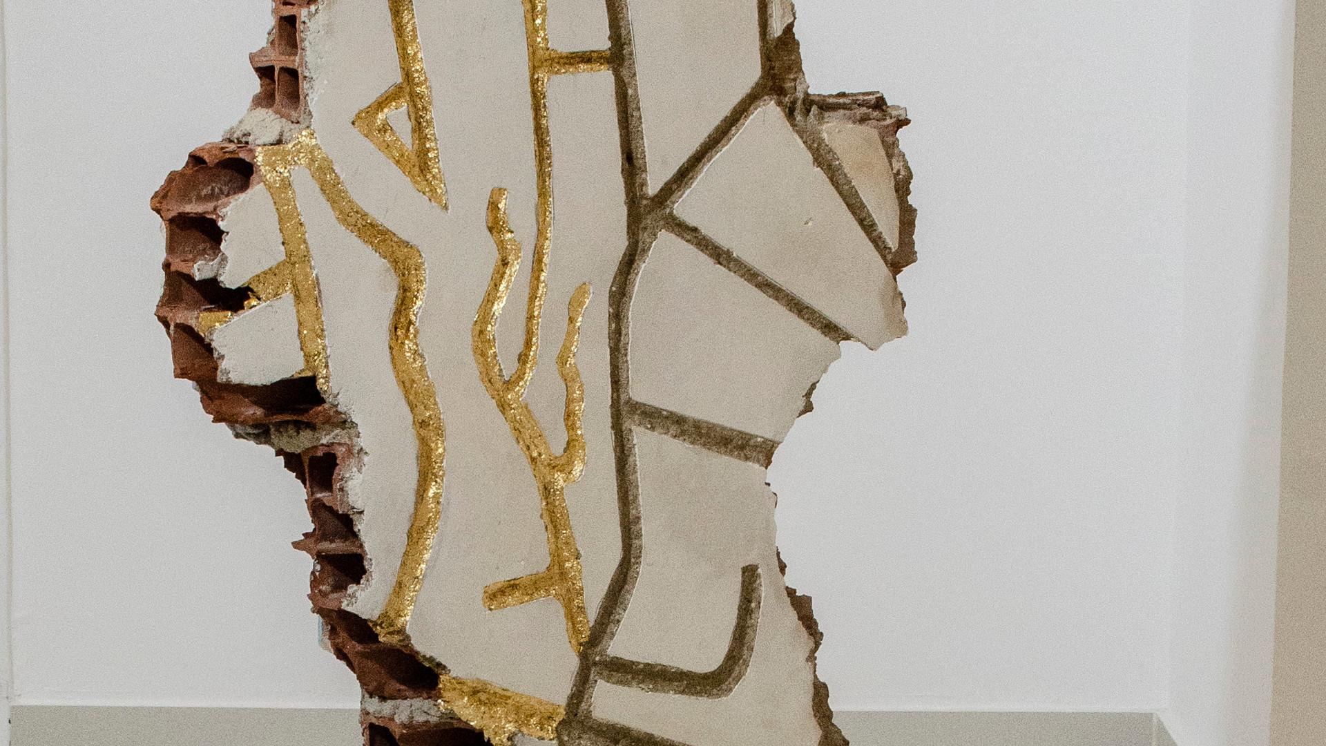 JEANE TERRA O Voyeur do Cais | 2019 Concreto, azulejo e folha de ouro 127 x 62 x 12 cm