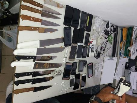 Trio é preso tentando arremessar celulares e facas em presídio