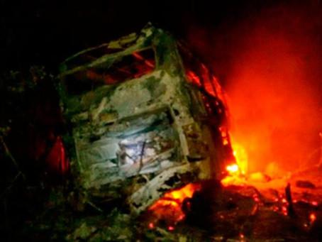 Ônibus pega fogo e deixa quatro pessoas feridas na BR-116
