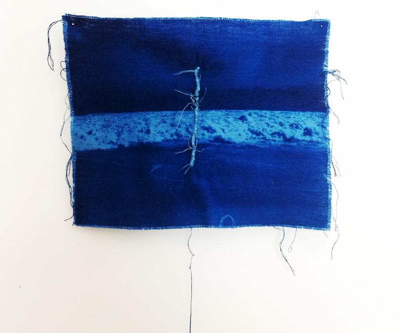 Sem Título: Série das Marés e Correntezas   2018 Cianotipia em linho desfiado / Cyanotype in shredded linen 18 x 24 cm