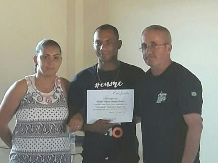 Acolhido recebe certificado de conclusão de tratamento