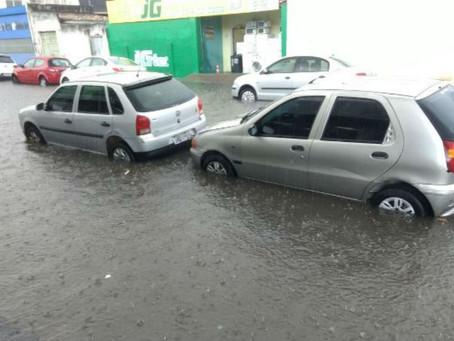 Ruas do centro de Feira de Santana ficam alagadas após forte chuva