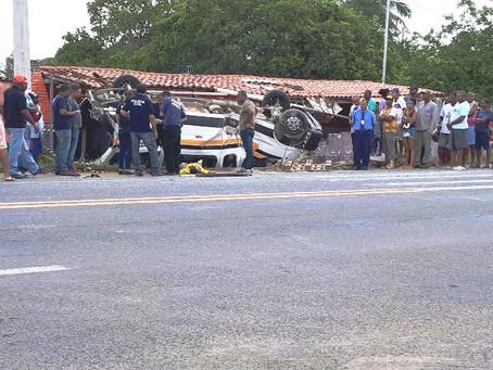 Acidente entre van e micro-ônibus causa uma vítima fatal na estrada Feira-São Gonçalo