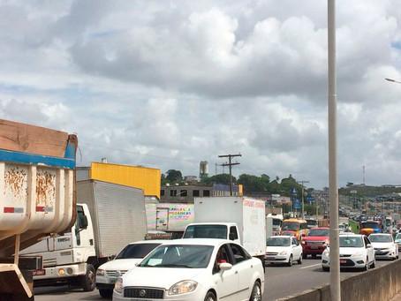 Acidente com motociclista deixa trânsito lento na BR-324
