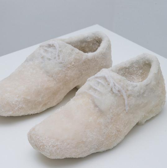 Sapatos de açúcar / Sugar shoes | 2018 - Escultura / Sculpture | Açúcar e couro / Leather and sugar | 22 x 32 x 13 cm