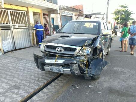 Carro atinge borracharia e invade garagem de residência em Feira de Santana