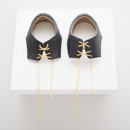 Cadarço / Shoelace | 2018 - Objeto / Object | Couro, algodão e folhas de ouro 23 quilates / Cotton, leather and 23 carat gold leafing | 29 x 36 x 15 cm