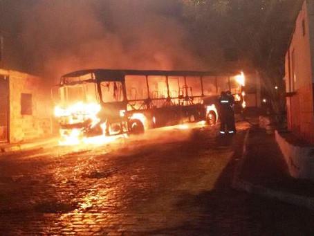 Homens botam fogo em ônibus em Feira de Santana; veja vídeo