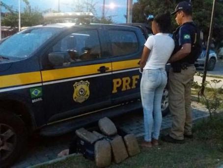 PRF prende mulher que transportava drogas de Serrinha para Salvador