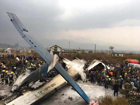Tragédia: avião cai em aeroporto do Nepal e deixa mortos