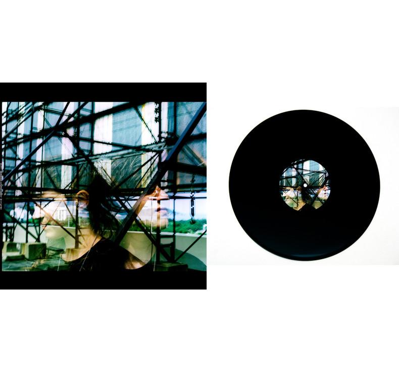 HI-FI # 2 -  Her many moods - vol. 2 Impressão sobre papel triplex 240g + rótulo adesivado sobre LP 32 cm x 0,3 cm x 32 cm (formato fechado) Tiragem: 1/5