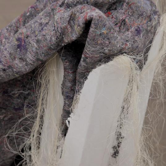 LIVIA FLORES  Trabalho de greve   2012 escultura cobertor cinza, gesso, sisal Aprox. 80 x 140 x 90 cm