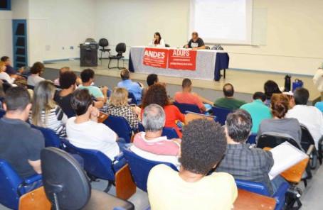 Professores suspendem aulas na Uefs e protestam em Salvador