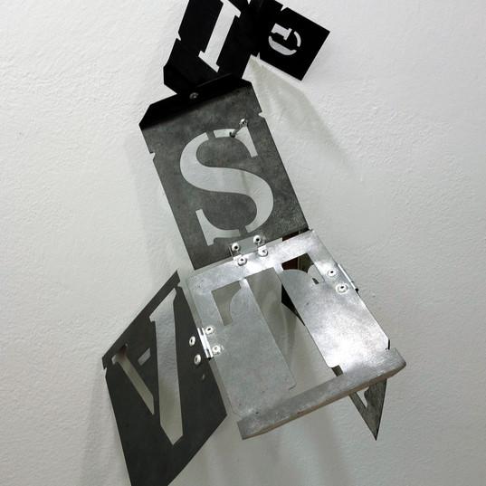 HELENA TRINDADE Carta a Lygia | 2017 Escultura interativa de estênceis de letras de metal articulados por dobradiças e rebites Dimensões variáveis