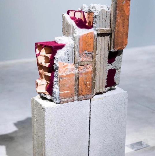 JEANE TERRA Parede encarnada | 2018 Escombro e pó de pelúcia. Base em blocos de concreto 37 X 40 x 14 cm